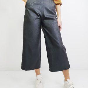 pantalón capri efecto piel